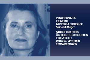 Grafika przedstawia en face twarz pisarki Elfriede Jelinek w wieku ok 50 lat. Kobieta ma długie włosy częściowo zaczesane do góry, usta pomalowane szminką. Na zdjęcie został nałożony niebieski filtr.